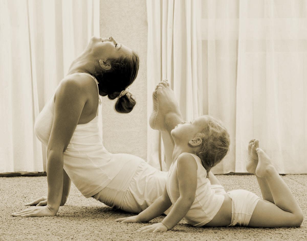 mujer y niño haciendo yoga